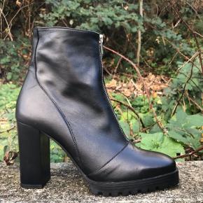 Helt nye støvler fra Zara i str. 39. Aldrig brugt Bon haves stadig 😊 .