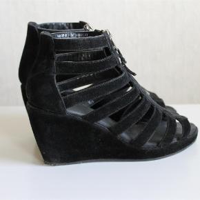 Varetype: heels wedges hæl sko stiletter pumpskilehæle lynlås sort sølv imiteret ruskind Farve: Sort  Rå wedges fra H&M :-)  De sælges for 100 + porto :-)