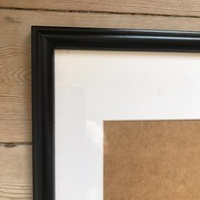 Pæn sort ramme i str. A4 💫 fejler ingenting!   Bemærk - afhentes ved Harald Jensens plads eller sendes med dao. Bytter ikke 🌸   💫  Ramme sort træramme A4 kunst ophæng