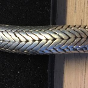 Ufattelig smukt slangearmbånd i 100% sølv.  - Mål: længe 20,5 cm. Bredde 8 mm. - Oplyst i butik er det fra Tyrkiet eller Indien. (Husker ikke præcist) - Leveres i uoriginal æske. - Købt hos Ishtar i Gravensgade, Aalborg.  - Skal hentes på Vesterbro i Aalborg, eller sendes på købers regning.