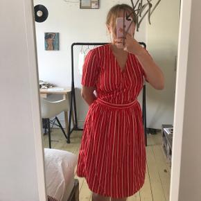 Smuk rød og hvis stribet kjole❤️ Købt sidste sommer Brugt højst 5 gange S-M Byd!!! Sender ikke! Men, jeg mødes gerne, ellers skal den hentes:)