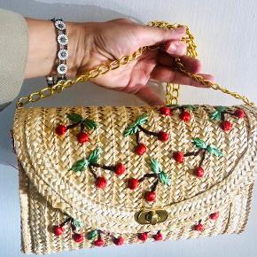 Fin stråtaske med pynt af kirsebær. Købt hos Sabine Poupinel til 600. Pris 300 🍒
