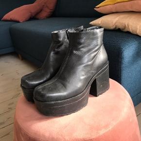 Fede støvler fra vagabond med plateau og chunky hæl. Er brugt og trænger til en god rens i sålen - og sælges derfor billigt. Giv et bud :-)