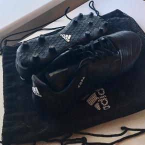 Adidas fodbold støvle Adidas 18.3 - næsten ikke brugt, så står  som nye faktisk.  Kom med et bud ellers.  Str. 45 1/3 Befinder sig i Esbjerg, men kan sagtens sendes.