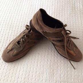 Lækker ruskinds sko i smal model.  Brune ruskinds sneakers Farve: Brun/kobber Oprindelig købspris: 995 kr.