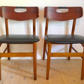 Her er to meget velholdte og smukke teak stole med skønt design og lækre detaljer  Pris 950. kr pr stk Samlet pris to stole 1800. Kr