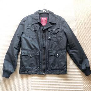 Jack & Jones lækker sort grå jakke til efterår vinter . Str M. Kraftig kvalitet.  Bm ca 2x 57 cm , indvendig ærmelængde 51 cm og længde ca 67 cm.