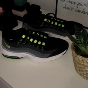 Sælger disse Nike air max 95, da de desværre er for små..  De er i rigtigt fin stand og i en lille størrelse 38