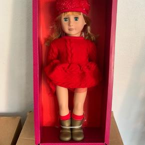 Our Generation dukke med navnet: Vanessa Eve. Forrygende flot ser hun ud, Vanessa Eve, i denne fantastiske røde kjole. Hun elsker farven rød, og man kan vidst roligt sige at farven rød klæder hende godt. Til dukken medfølger: en flot kjole, strømper, guld farvede støvler og en hat med glimmer.