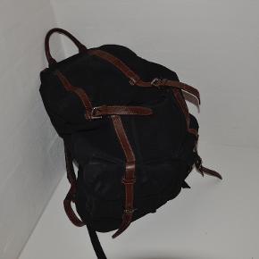 Lækker COS taske med læder detaljer.  MP. 300,-  21 12 18 56