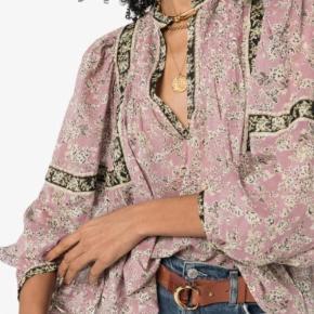 Sælger den fineste skjortebluse med style navn Violette som kun er prøvet på så som ny. Køber betaler fragten. Se venligst mine andre annoncer🌸 BYTTER IKKE!!!