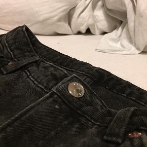 Monki jeans. Sort denim. Korte bukser = går til lige over anklerne på mig (jeg er ca. 173 cm høj).