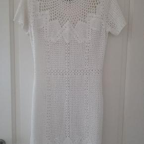 hæklet hvid kjole fra Ralph Lauren  brugt 2 gange   fra dyre og røg frit hjem