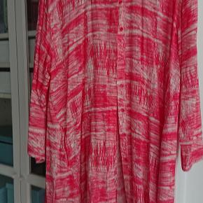 Fin stor Masai skjorte/tunika med knapper og skrålommer. Str. L men kan også bruges som XL. 110 cm i henover ved ærmegabet. Brugt få gange. (Nypris 799) Sendes for 60 kr.