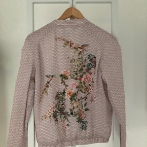 Orsay rosa jakke med det smukkeste motiv.   Afsendes med posten eller afhentes enten i Virum eller på Østerbro.