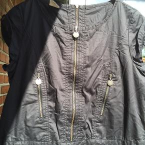 Super lækker lidt sporty kjole str. 34 fra In Wear. Stoffet er 100% bomuld, men lidt blankt i overfladen. Brystmål ca 2 x 46 cm.  #Secondchancesummer.