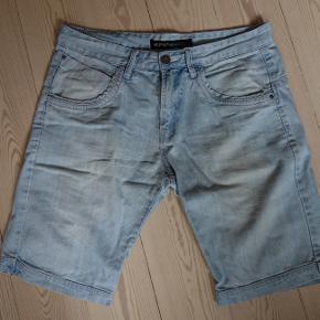 Lyseblå shorts fra Shine. Størrelse L svarer til 34.  Kan hentes og sendes  Afhentning i Brabrand