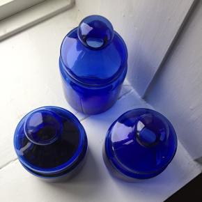 3 stk. blå glaskrukker. Fremstår som næsten nye. Prisen er for dem alle:  - En stor som er ca. 17 cm høj  - To små som er ca. 14 cm høje