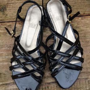 Varetype: Sandaler Farve: Sort  Brugt et par gange