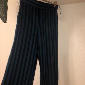 PIECES Bukser, Næsten som ny. Jerne - Stripede satin bukser fra pieces i str 36. Ikke særlig brugt, dog meget behagelig, men for dem ikke brugt.. PIECES Bukser, Jerne. Næsten som ny, Brugt og vasket et par gange men uden mærker eller skader