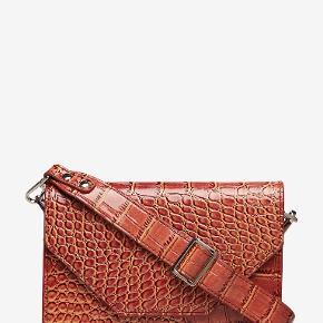 Super fin Unlimit taske, som jeg desværre ikke får brugt. Farven er mere rødlig/rust/pink, men betegnes som brun 😊