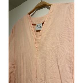 Fin rosa kjole fra Karen By Simonsen 🌸   - Flotteste lyserøde farve (svær at fange) - str. 38/M - næsten som ny  Nypris 1200,-   Se også mine andre fine annoncer. Sælger billigt ud, og giver gerne mængderabat 💕