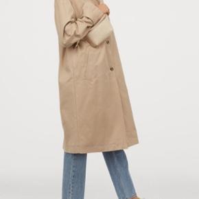 Frakke fra H&M købt i april 2020. Brugt max 5 gange. Den er blevet lidt beskidt under højre ærme fra min taske men det kan komme af i vask.