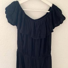 Sort off-shoulder kjole fra Sparkz. Brugt et par gange, men ikke noget synligt slid på kjolen. Sindssygt sød til sommer! Sælges da jeg ikke får den brugt længere 🌸