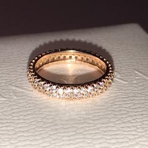 Funklende ring fra Pandora belagt med 14k rosaguld og med kubisk zirkonia sten. Størrelse 50. Aldrig brugt ✨  Har to af samme slags, så tjek min profil ved interesse for køb af begge da jeg også har en annonce for dem begge samlet. Sælger desuden mange andre Pandora smykker og charms i både sølv, rose og shine 💍  Æsken medfølger ikke.