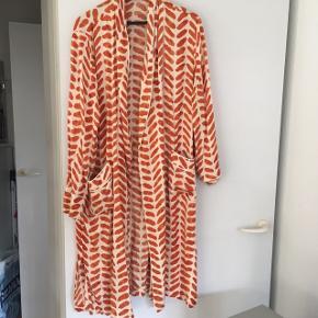 Smuk cremefarvet og orange mønstret kimono med bindebælte. Passer flere størrelser. Den ene bæltestrop er gået op - se billede 3 - men ellers er den god som ny og brugt meget få gange.