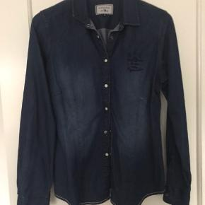 Super fin denimskjorte - aldrig brugt  Med perlemorsknapper Mrk Arqueonautas