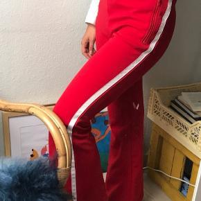 Sporty bukser fra Weekday i rigtig god stand og med fed lynlås detalje.