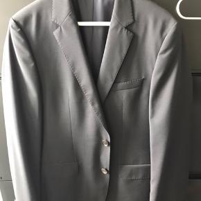 Næsten helt nyHugo boss blazer, kun brugt 1 gang. Det str 90 så ca M :-) kvittering haves stadig et sted. Nypris var ca 1800kr BYD! :-)