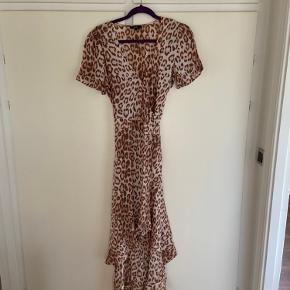 Smuk kjole af mærket Alix.  Lækker kvalitet og feminint design.  Længere bagpå.  Viskose.  Der er syet en tryklås i foroven så den ikke er så nedringet.  Den kan sagtens fjernes hvis man vil.