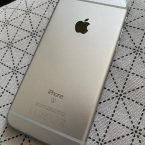 Sælger min iPhone 6S da jeg har fået ny mobil.  Den virker fuldstæding som den skal, både touch, lyd op/ned, lydløs/vibrator og tænd knap virker og har altid virket.  Den er dog lidt ridset og som det ses nogle ridser under skærmen i øverste hjørne. Dette er af ingen betydning, men man kan jo sagtens få en ny skærm på, hvis man ønsker.  Bagpå er den også rigtig fin.  Den er del år gammel og derfor er batteriet naturligvis ikke som nyt.  Men den virker uden problemer og kan sagtens holde strøm, skal dog bare oplades ind imellem - mere end en spritny mobil skal :) alt andet ville nok være mærkeligt :)  Æske, helt nye høretelefoner og lader medfølger.  Har ikke kvitteringen mere, da garantien er udløbet IMEI nummer oplyses ved køb.   Kan sendes med DAO for købers regning - her oplyses IMEI nummer ved køb selvfølgelig.