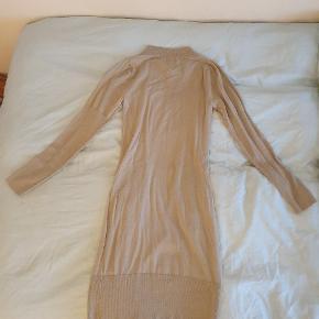 Sand Copenhagen kjole i fint strik. Fra ikke ryger hjem.  Sælges da den aldrig bliver brugt.