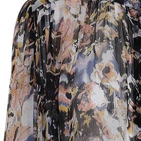 PROJECT AJ117 WHIM SKJORTE  Smuk feminin chiffonskjorte fra Projekt AJ117 med fint print. Skjorten har lange ærmer, rund hals og fine læg hen over brystet. Lukkes med smukke stofknapper på fronten. Skjorten er løs og længere bagpå end foran. 100% viscose. Løs pasform. Normal i størrelsen.