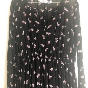 Super flot kjole med sommerfuglemotiver og elastik i taljen. Diskrete flæsedetaljer ved ærmerne og i bunden af kjolen.   Den er desværre kun brugt et par gange, og derfor sælges den 😊