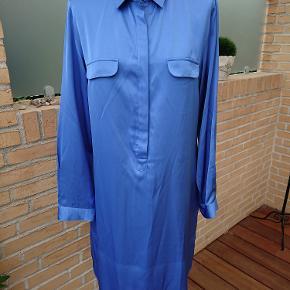 Karaca skjorte kjole med knapper i halsen + ærmer. Måler 2x55cm over bryst og længden er 96cm. 100% viscose