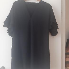 Sort smuk kjole Aldrig brugt men den passer bedst en L/Xl