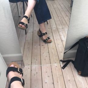 Sandalerne er blevet brugt én gang, til en konfirmation, og er derfor i god stand. Nypris: 500 kr