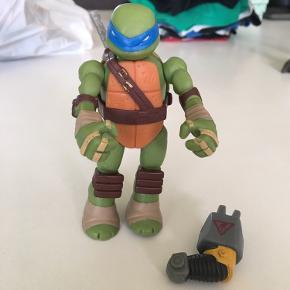 Ninja turtel. Kan skifte sin ene arm ud med en robotarm. Har desværre mistet sin ene sværd.