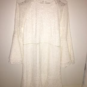 Den her kjole er rigtig fin kan bruges til konfirmation, fest osv. den er meget lille i str så den passer en Small måske en lille medium