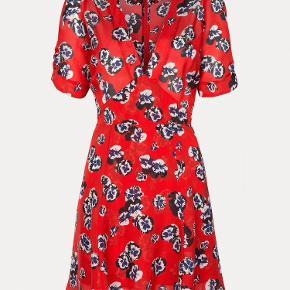Jeg overvejer at sælge denne flotte minikjole fra Realisation Par. Model: The Ozzie. Farve: In Pansy. 100 % silke. Den er brugt nogle få gange og velholdt (altid vasket i lunkent vand i hånden). Størrelsen er medium. Fin mulepose medfølger. Købt i november 2019.
