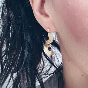 Smukke håndlavet øreringe 🌈 De er nikkelfri og lavet i 14k forgyldt messsing.   Rigtig søde 💕 sender gerne 💌