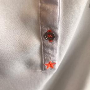 Sælger denne søde top i hvid fra RUE de FEMME MED orange stjerne broderet og tilsvarende farve som knapper er syet med :-) 80 % viscose og 20 % hør - brugt få gange og fremstår som ny :-)