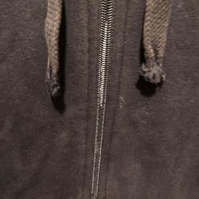Sælger min lacoste hættetrøje da jeg ikke får den brugt. Den har lidt misfavning ved låsen, kig billede 2. Ellers fin trøje.   lidt krøllet da den bare har ligget i skabet.