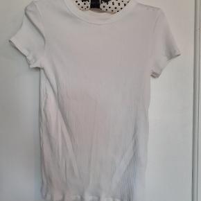 Hvid ribstrikket t-shirt i str. M fra Uniqlo. Sender gerne flere billeder hvis ønsket. Kan afhentes i Virum eller sender gerne. Se også mine andre annoncer.
