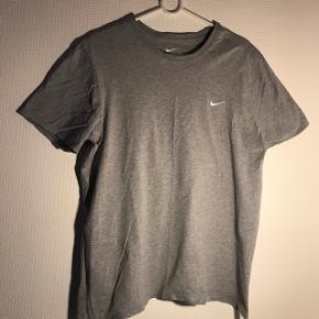 Fed, grå t-shirt fra Nike.  Str. L Nypris 250-300