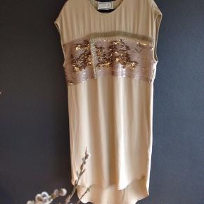 Smuk kjole aldrig brugt Pris er inkl Porto  Handler helst via mobilpay